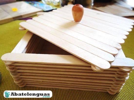 caja con palitos de madera